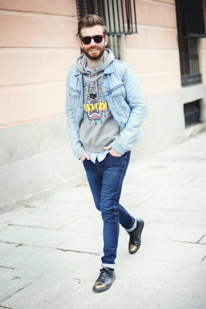 Junge-Denimjacke-Jeans-Sweat-shirt-extravagante-Schuhe-Hipster-Brille