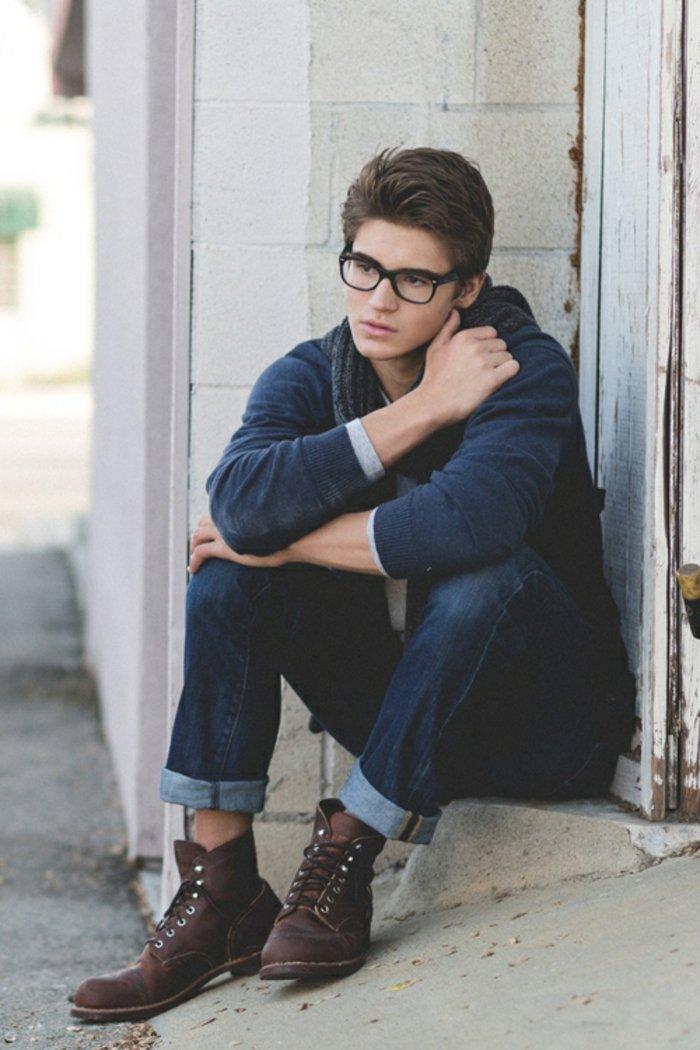 Junge-Jeans-blauer-Pullover-Halstuch-nerd-brille-schwarze-Rahmen