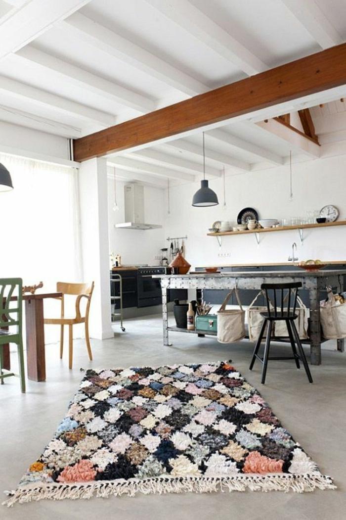 Küche-Esszimmer-industrieller-Einrichtungsstil-bunter-Teppich