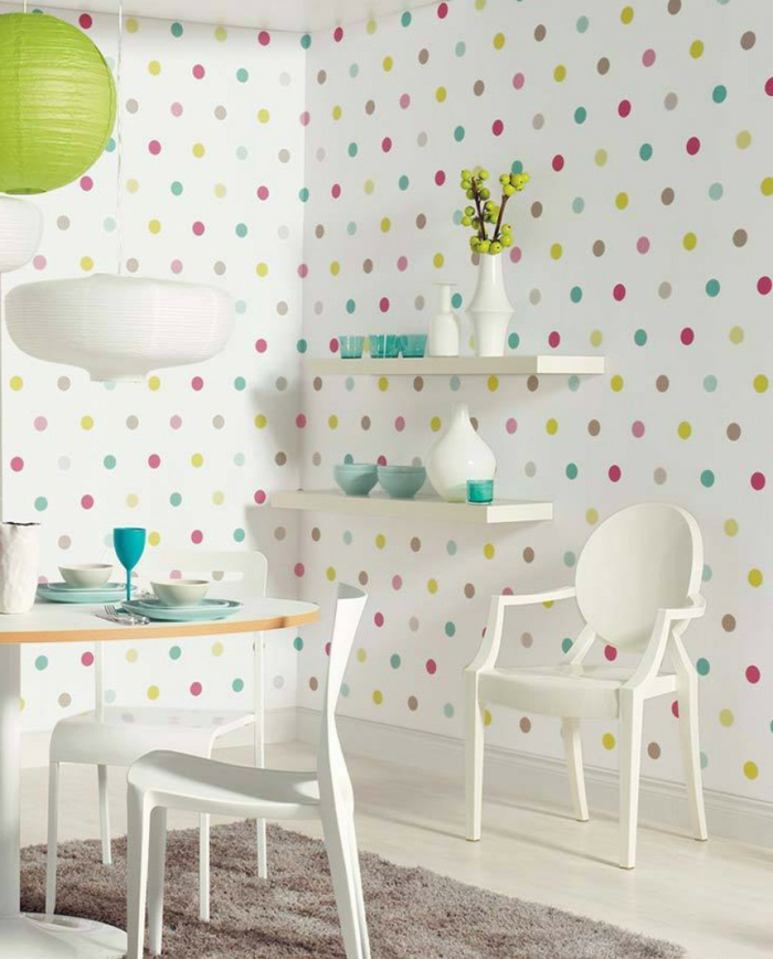 Küche-Esszimmer-weiße-Möbel-kokette-Gestaltung-Geschirr-Vase-lustige-Tapeten