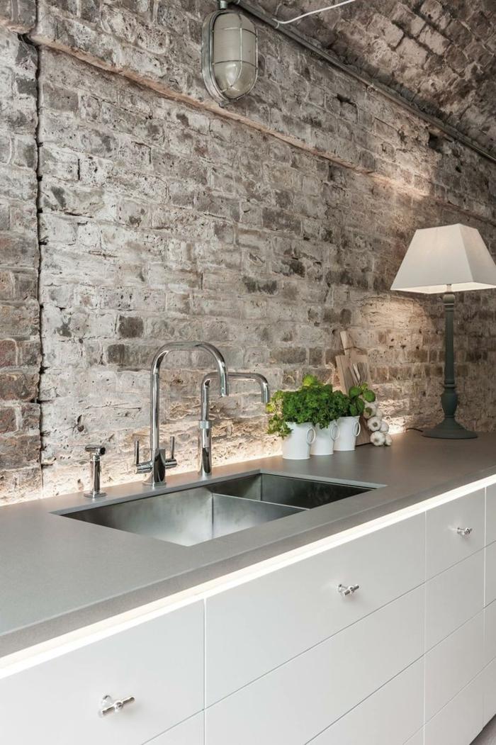 Küche-modernes-Interieur-Ziegelwände-Designer-Lampe-weiß