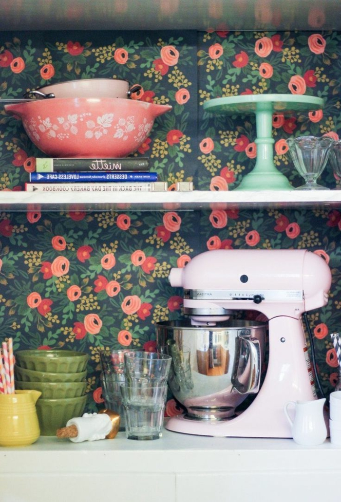 Küchen-Accessoires-Geschirr-vintage-Tapeten-florale-Motive