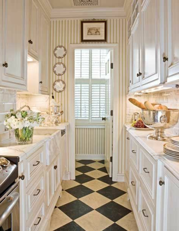 Küchen-Interieur-moderne-Einrichtung-weiße-Möbel-stilvolle-Tapeten-an-Streifen