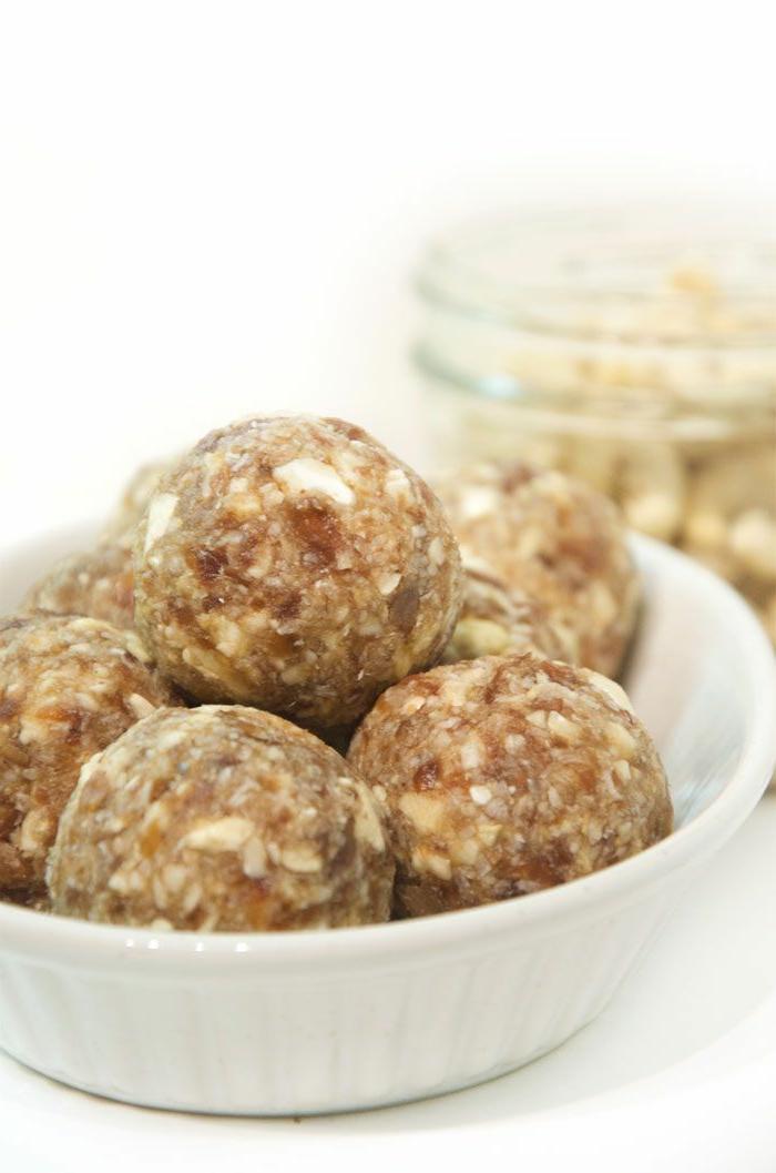 Kaschunuss-Kokonuss-Bälle-vegan-roh-glutenfrei-zuckerfrei