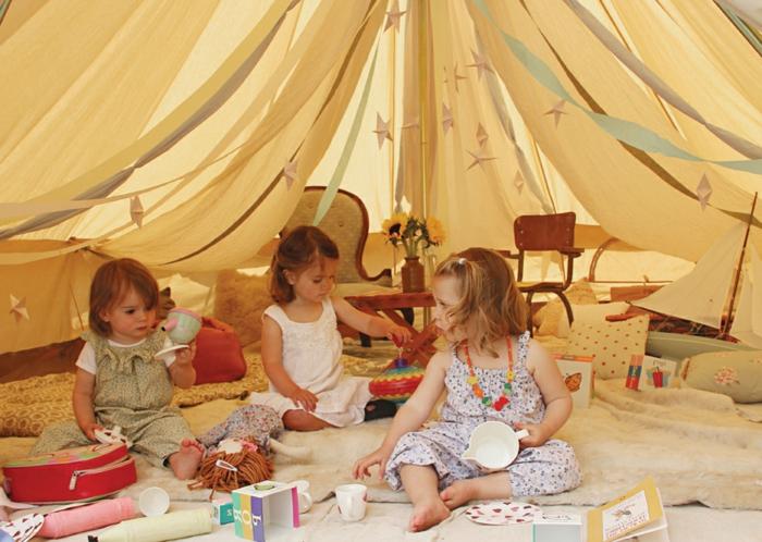 Kinder-unter-dem-Tipi-Zelt-spielen
