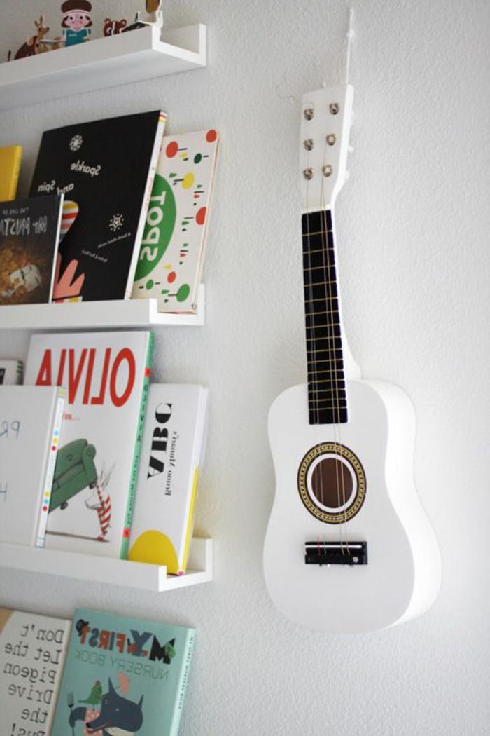 Kinderzimmer-Bücherregale-Wanddekoration-kleine-weiße-Gitarre