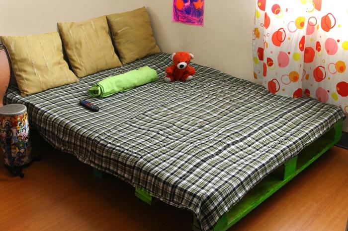 Kinderzimmer-bunte-Gestaltung-europaletten-bett-selber-bauen-grüne-Farbe