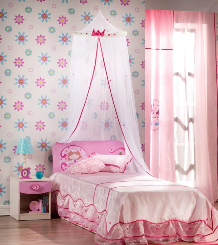 Kinderzimmer-für-Mädchen-rosa-Gestaltung-Bett-mit-Baldachin-retro-tapete