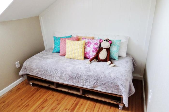 Kinderzimmer-möbel-aus-paletten-Europaletten-Bett-Rollen-viele-Kissen-Plüschtier-Affe