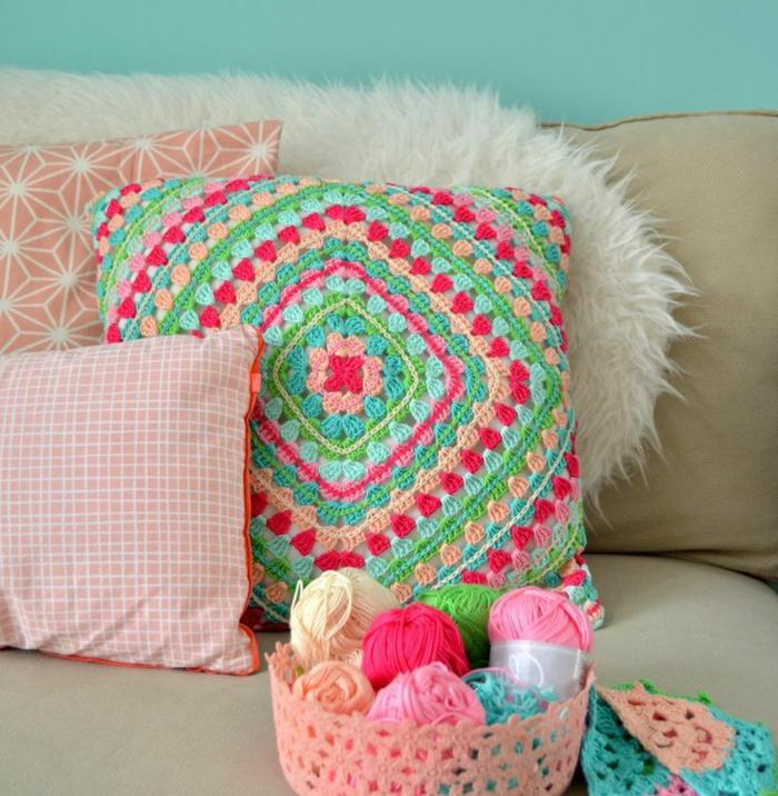 Kissen-stricken-DIY-Idee-handgemachte-Crochet-Modelle-in-süßen-Farben