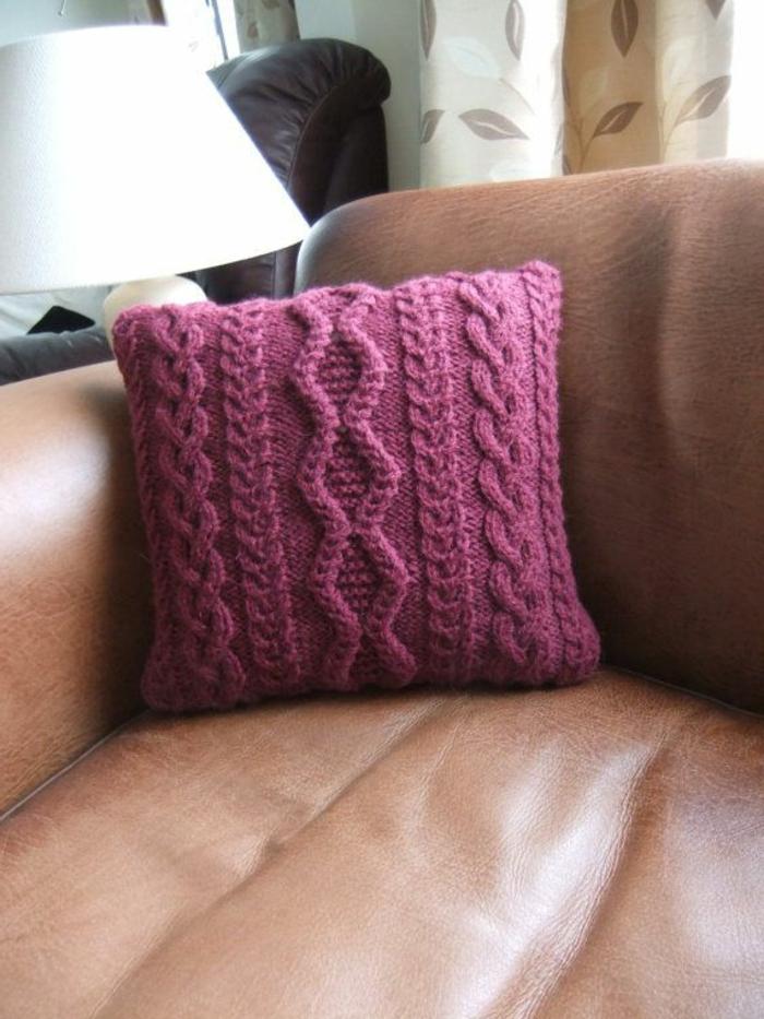 Kissen-stricken-zopfmuster-handgemachtes-Modell-lila-Farbe