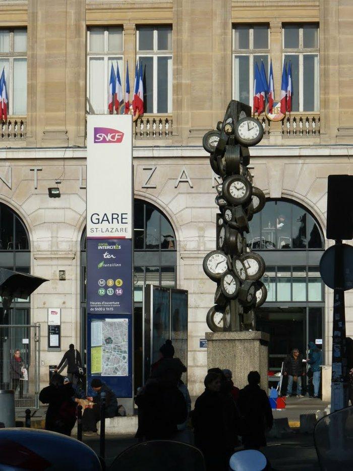 Kopfbahnhöfe-Bahnhof-Saint-Lazare-in der Nähe-der-großen Kaufhäuser