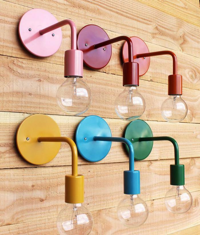 Lampe-Glühbirnenform-bunte-lampen-holz-wand