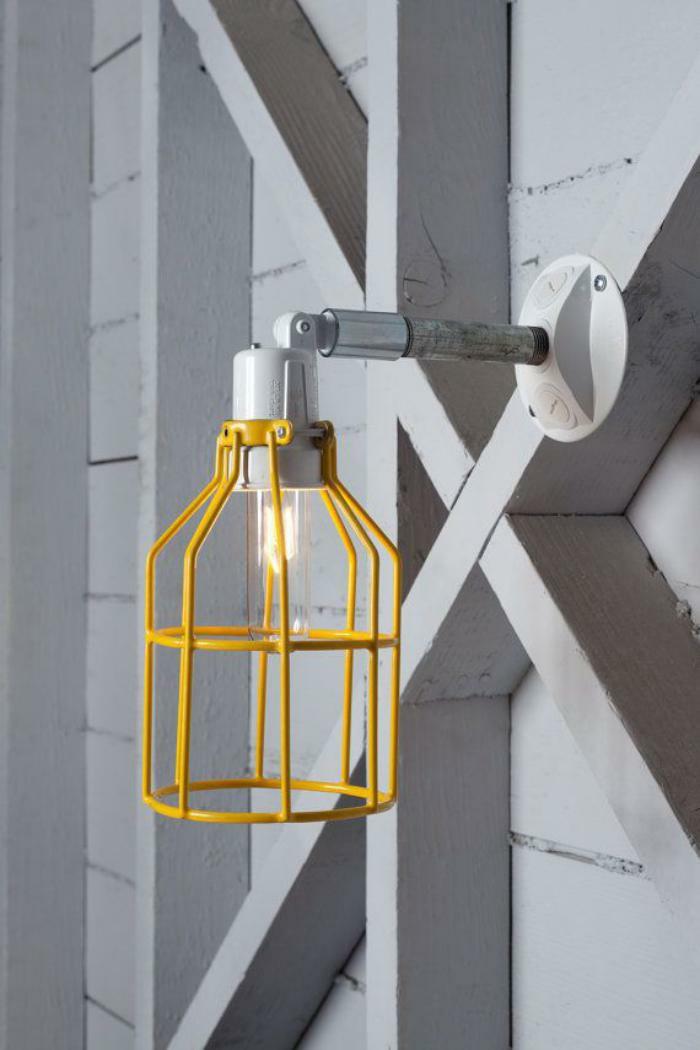 Lampe-Glühbirnenform-gelb-metall