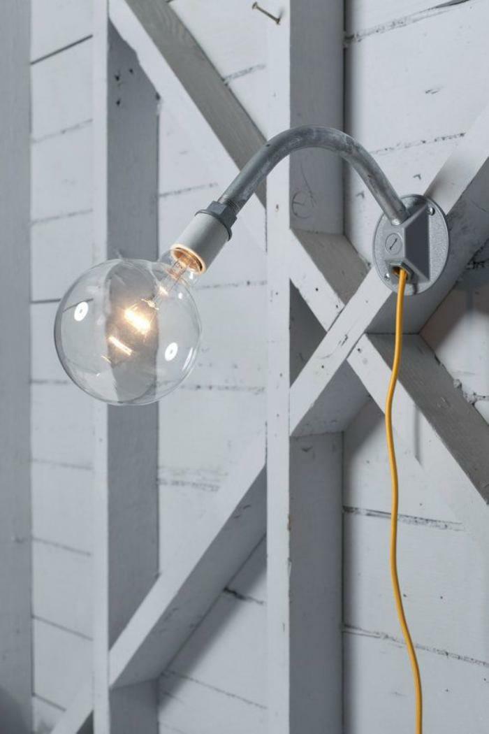 Lampe-Glühbirnenform-gelb-weiß