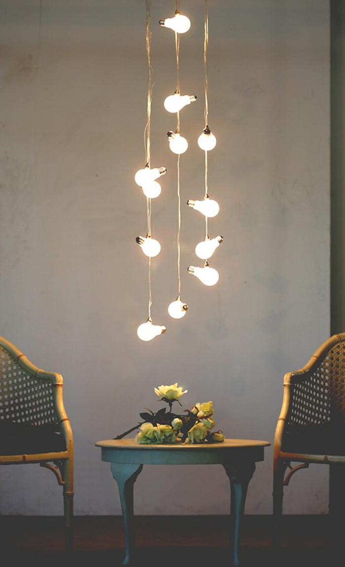 Lampe-Glühbirnenform-hängend-über-bistro-tisch
