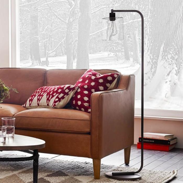 Lampe-Glühbirnenform-ländlich-stehlampe-neben-sofa