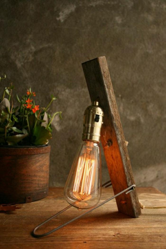 Lampe-Glühbirnenform-neben-blumentopf