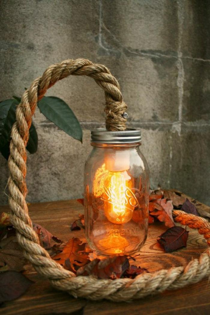 Lampe-Glühbirnenform-seile-einzelne-blätter