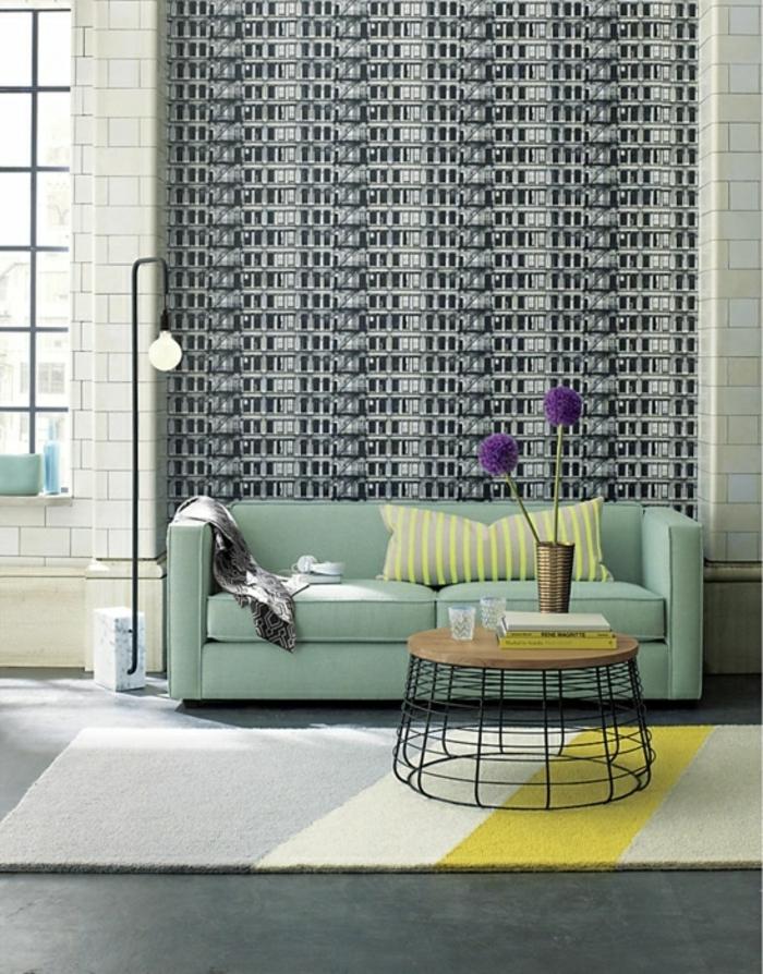 Lampe-Glühbirnenform-stehlampe-neben-grün-sofa-resized