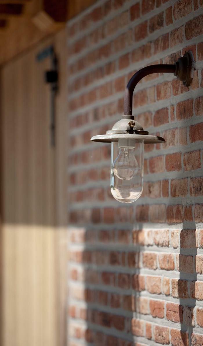 Lampe-Glühbirnenform-ziegelwand