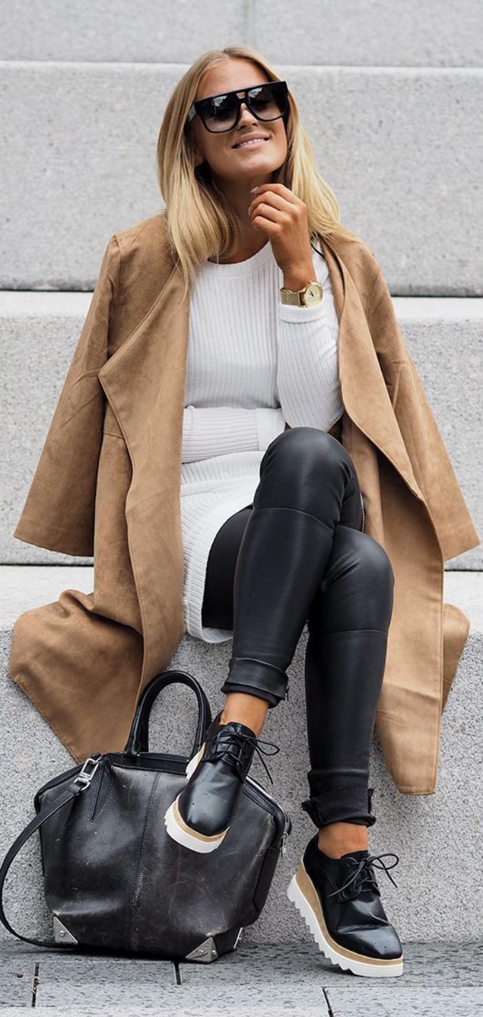 Lederhosen-Damen-Mantel-Karamell-Farbe-weißer-Pullover