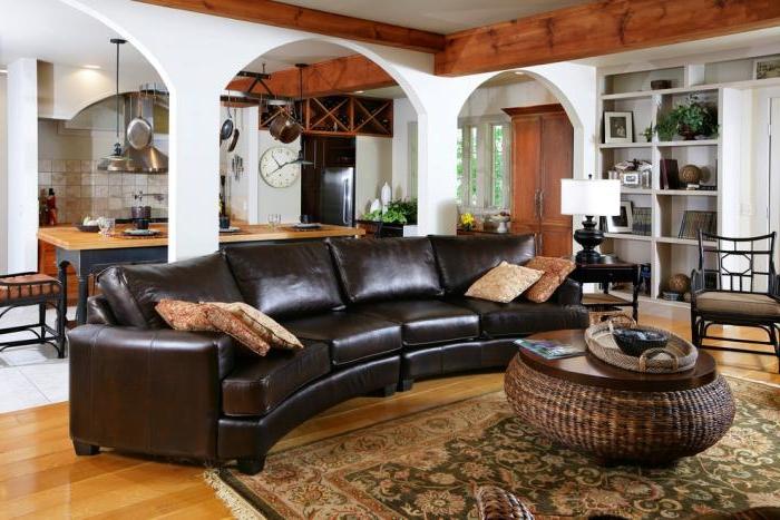 Ledersofa-groß-elegant-halbrund-Couchtisch-Rattan-Landhausstil