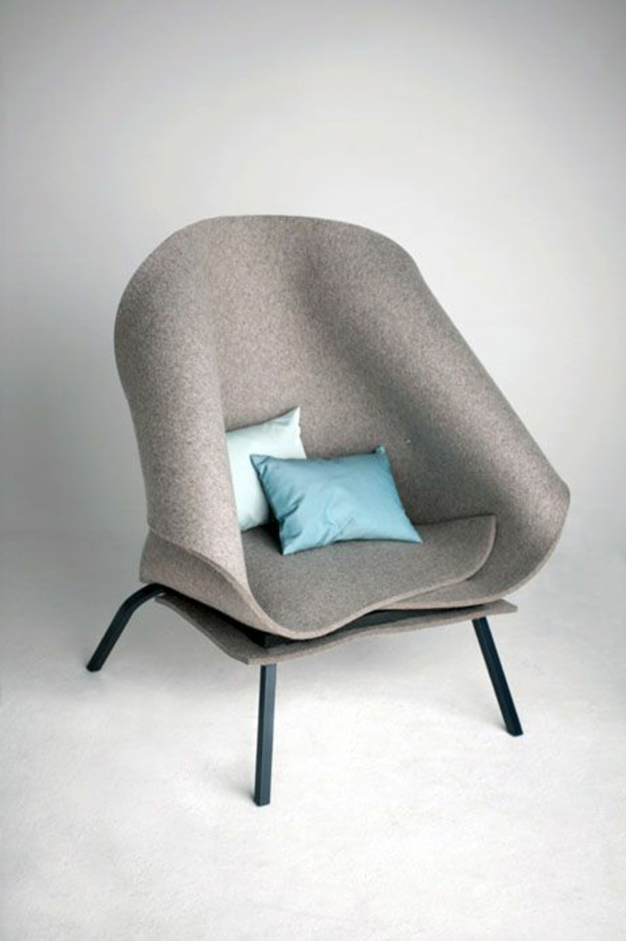 Loungesessel-innovatives-Design-blaue-Kissen