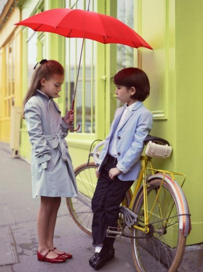 Mädchen-Junge-süßes-Foto-roter-regenschirm-kinder