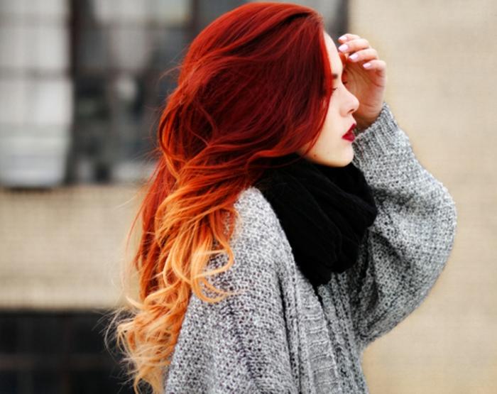 Mädchen-attraktive-Haare-graue-Strickjacke-schwarzer-loop-schal