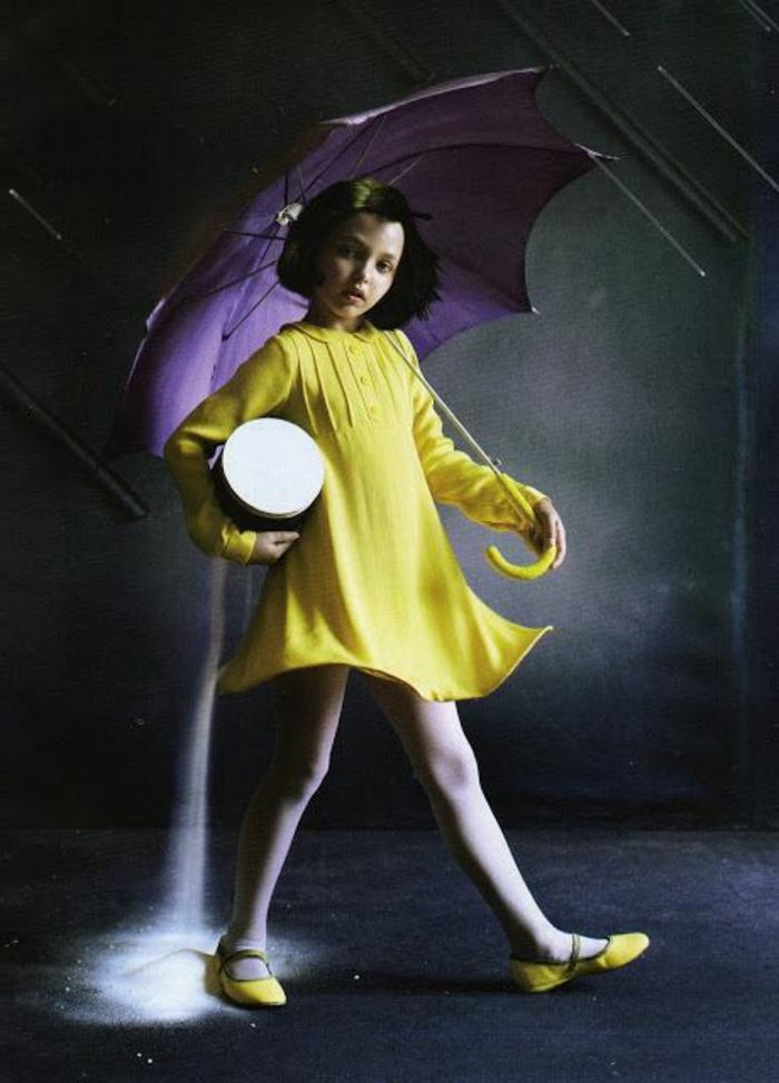 Mädchen-gelbes-Kleid-gelbe-Schuhe-lila-kinderregenschirm