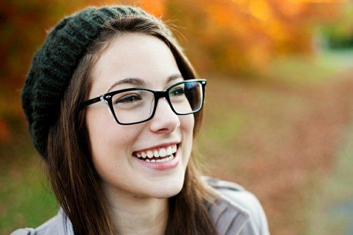 Mädchen-gestrickter-Hut-nerd-brille