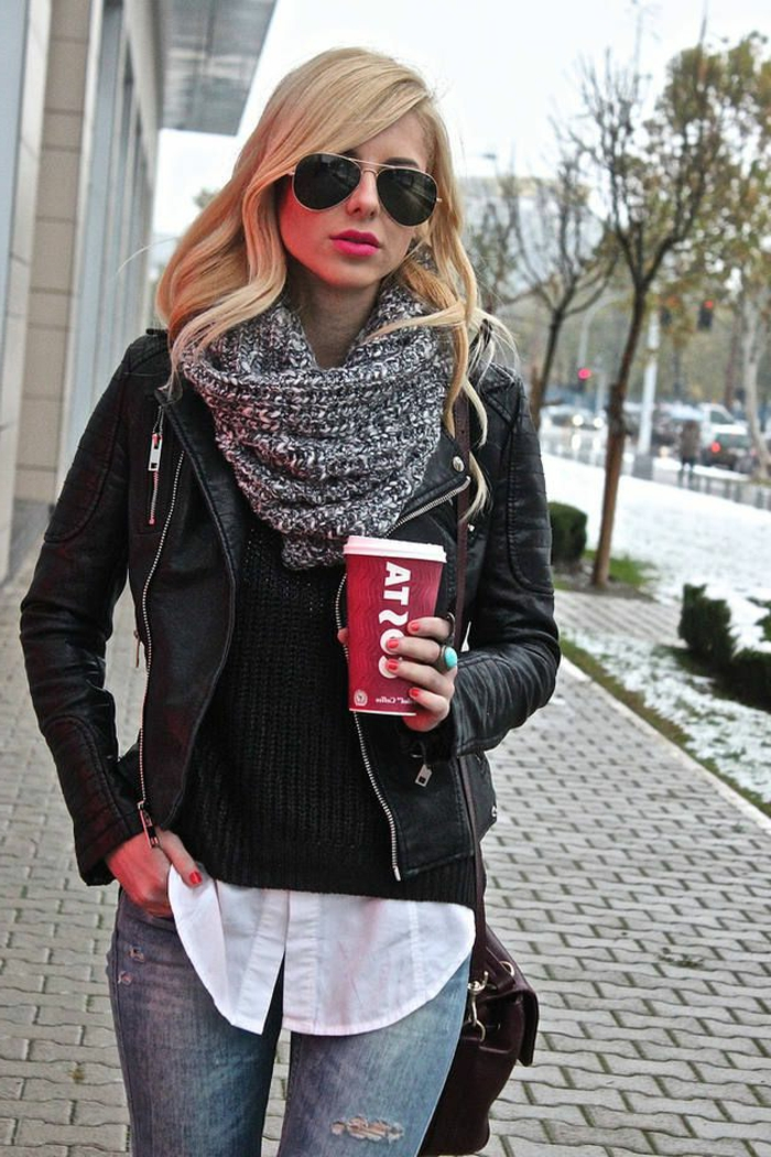 Mädchen-stilvoller-Outfit-loop-schal