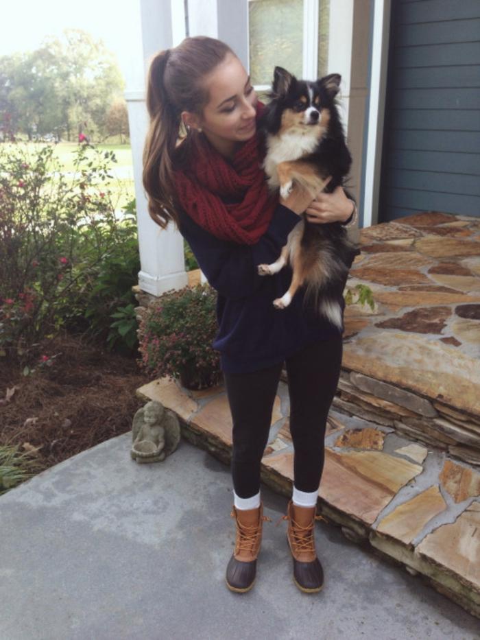 Mädchen-weinroter-loop-schal-Hund
