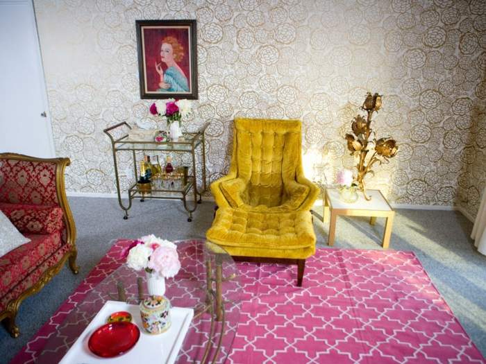 Möbel-feines-Design-schöner-Teppich-gläserner-Kaffeetisch-künstliche-goldene-dekorative-Blumen-retro-tapete