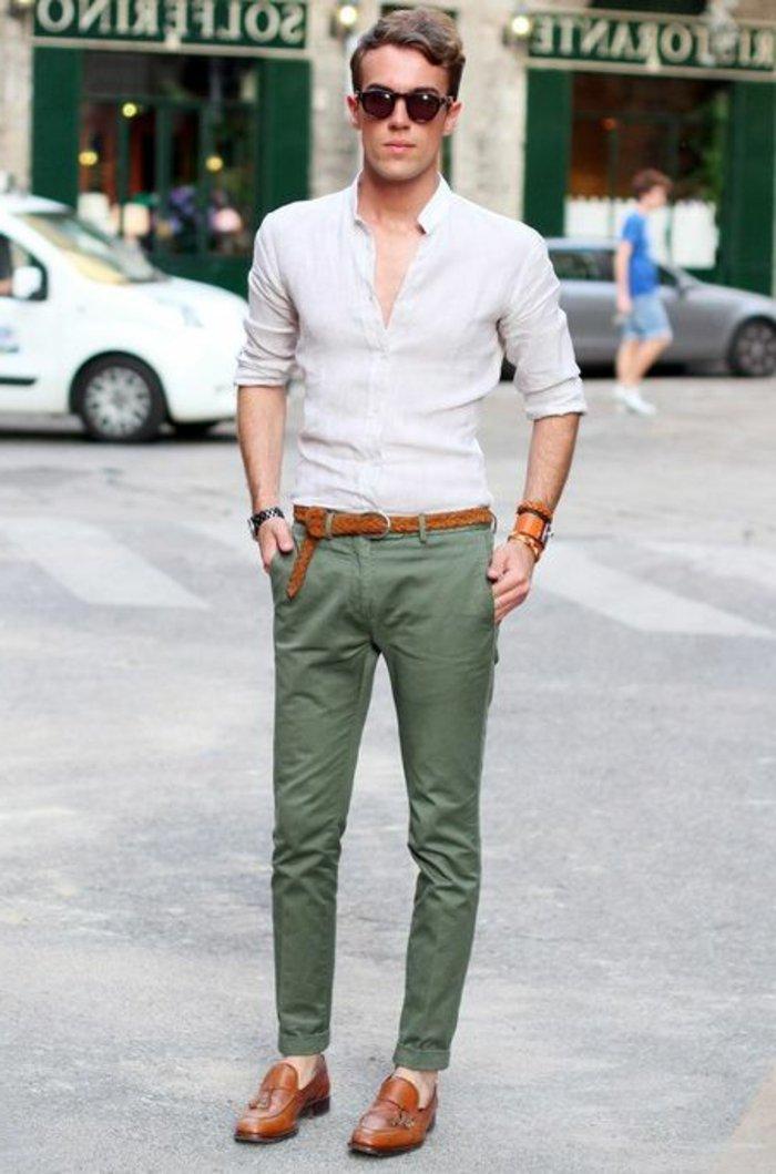 Mann-elegante-Kleidung-grüne-Hosen-elegante-Hipster-Brille