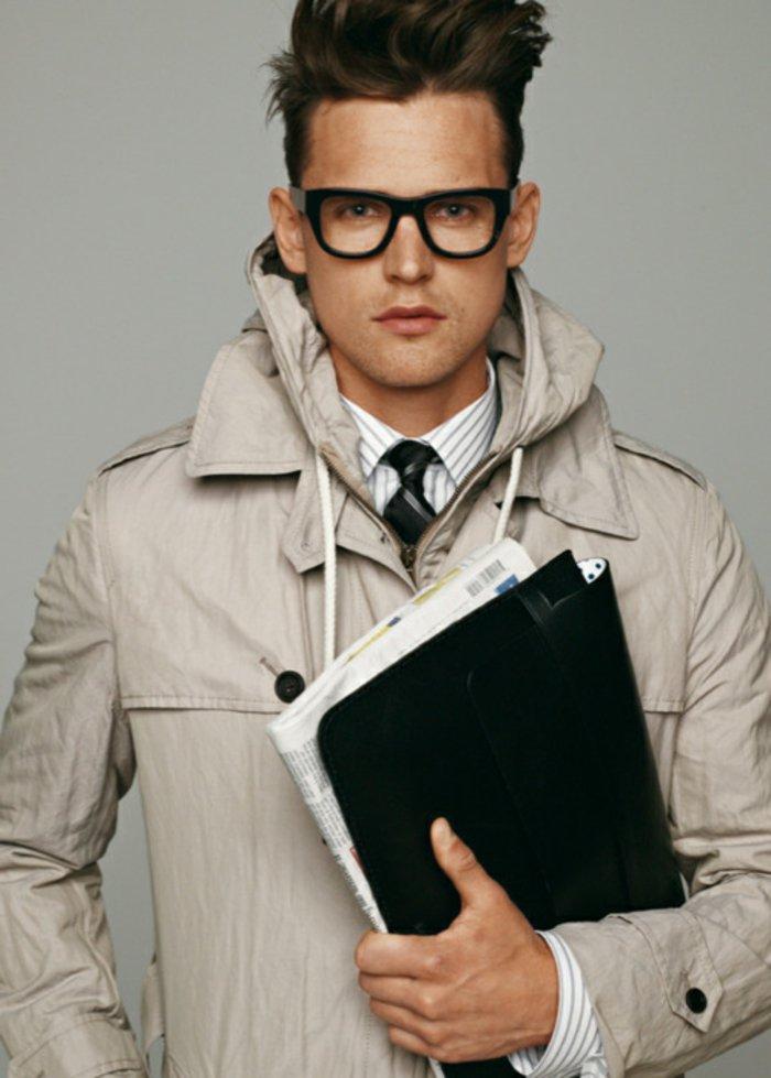 Mann-extravagante-Frisur-nerd-brille-Trenchcoat