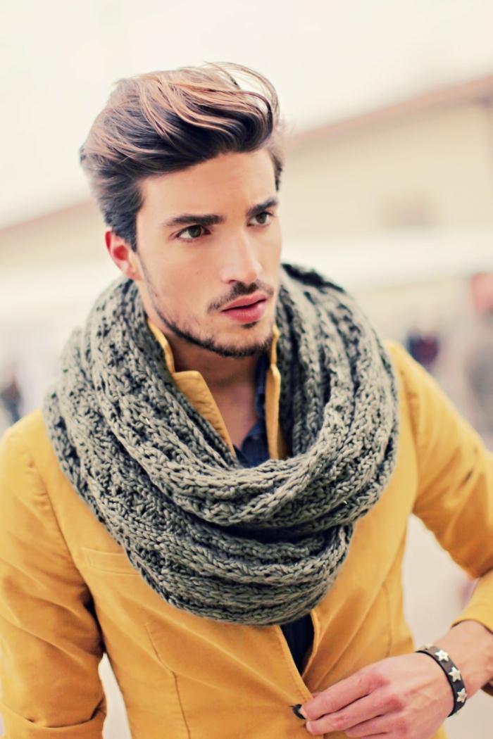 Mann-extravagante-gelbe-Jacke-cooles-Modell-strickmuster-schal
