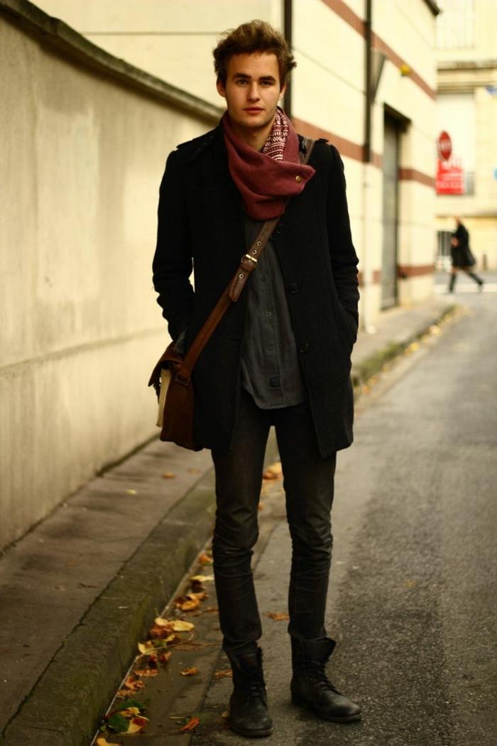 Mann-schwarze-Kleidung-extravagantes-Modell-loop-schal-weinrote-Farbe