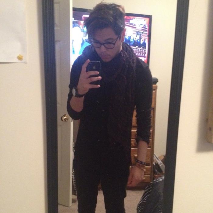 Mann-schwarzer-Outfit-loop-schal