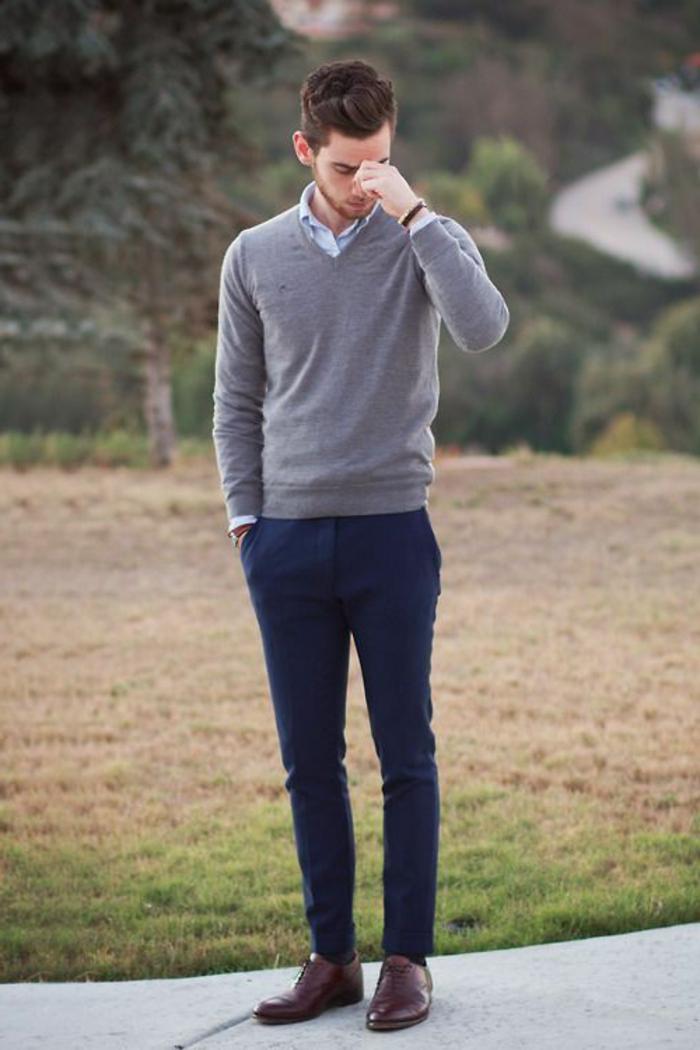 Mode-für-Jugendliche-grauer-Pullover-V-Ausschnitt-blaue-Hosen-braune-Schuhe