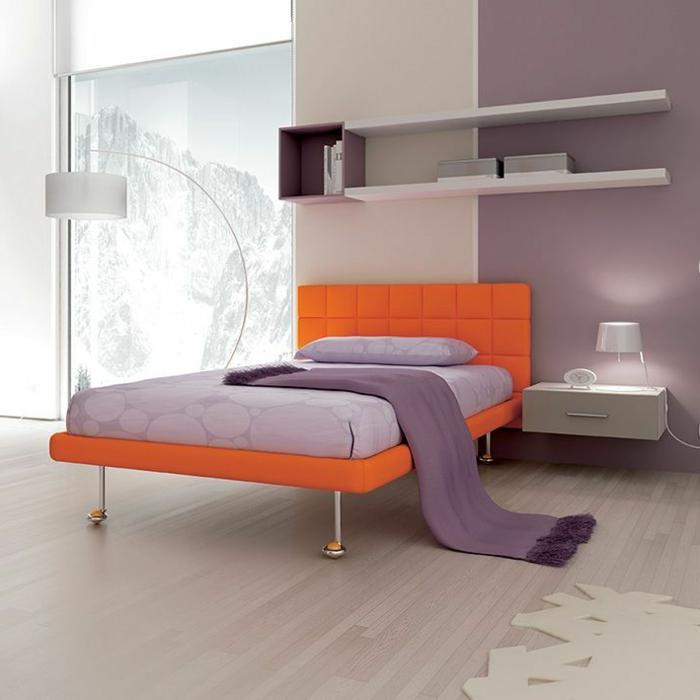 Nachtisch-zum-Einhängen-beige-lila-schlafzimmer