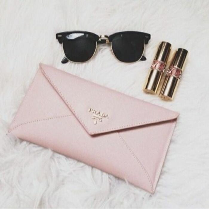 Prada-Geldbörse-rosa-Nuance-Sonnenbrille-Lippenstifte