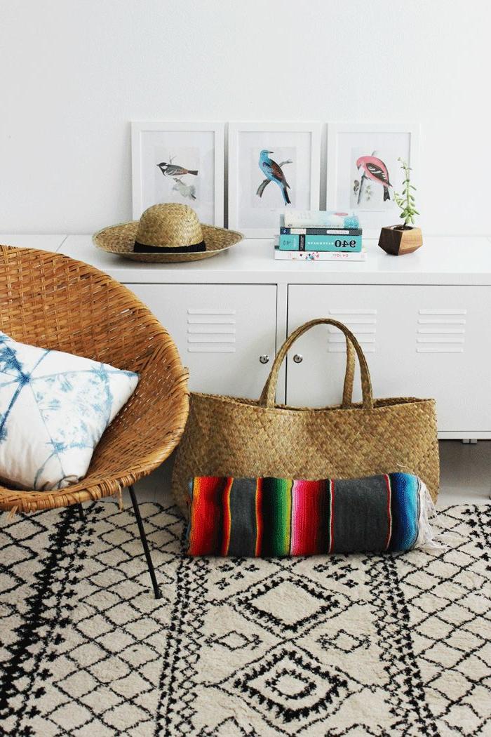 Rattan-Sessel-Strohhut-bunter-Teppich-schwarz-weißes-Muster