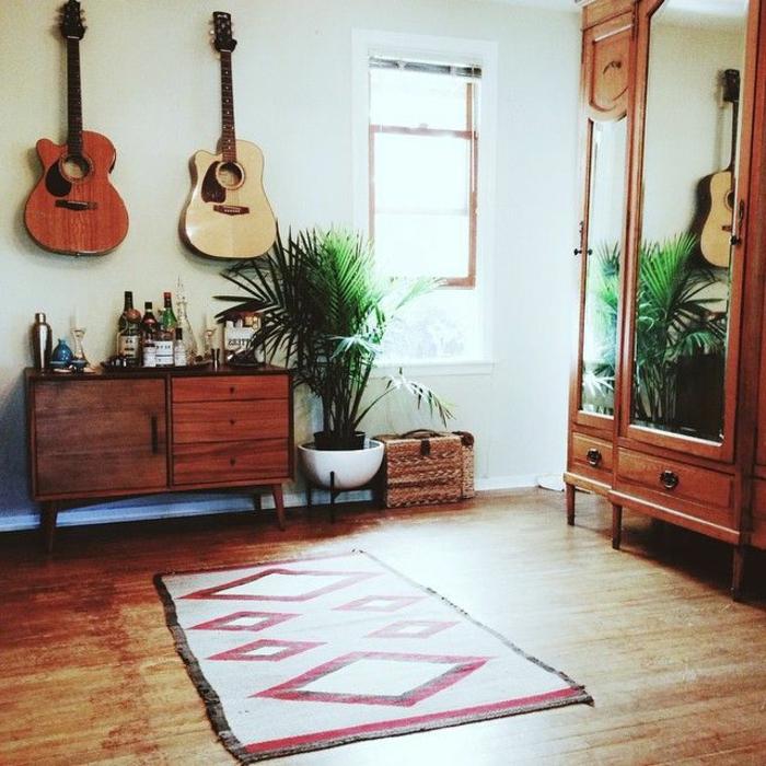 Raum-vintage-Möbel-Topfpflanze-kleiner-vintage-Teppich-akustische-Gitarren-an-der-Wand