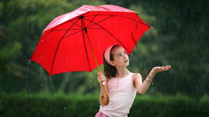 Regen-Mädchen-mit-rotem-kinder-regenschirm