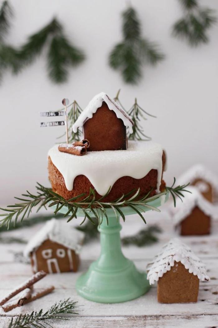Süßigkeiten-zubereiten-Tortenständer-Kuchen-Stücke-Häuser-bedeckt-mit-Schnee-Tannenzweige-Dekoration