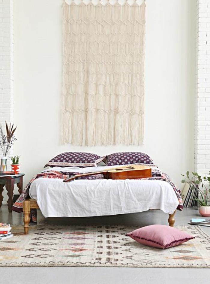 Schlafzimmer-Boho-Stil-effektvolle-Wanddekoration-bunter-Teppich