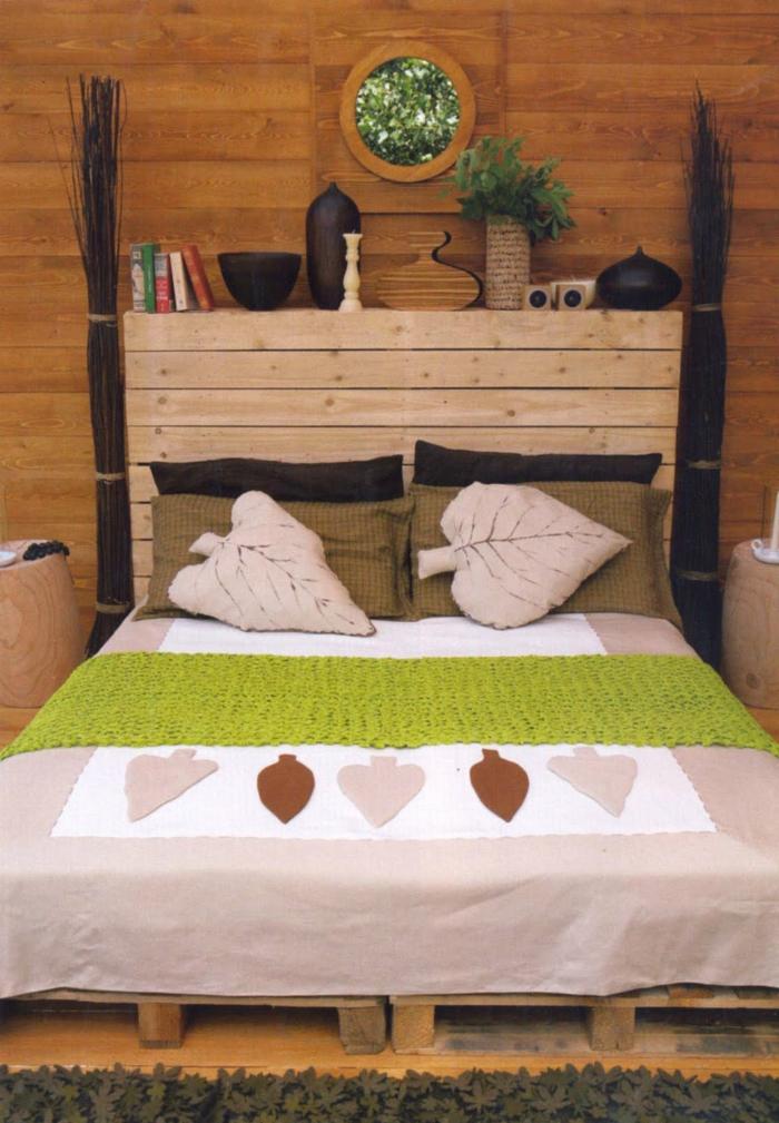 Schlafzimmer-Doppelbett-Paletten-schöne-Bettwäsche-Blätter-Kissen