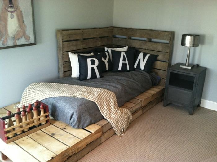 Schlafzimmer-minimalistische-Einrichtung-dunkle-Farben-bett-aus-paletten